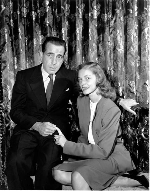 Avec Humphrey Bogarten mai 1945, qu'elle épousera l'année suivante. (AP)