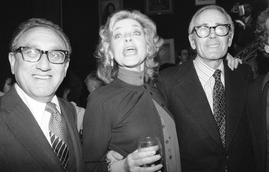 Lauren Bacall entourée de l'ancien Secrétaire d'État américain Henry Kissinger, et de l'acteur Henry Fonda, lors de la soirée de lancement de sa première autobiographie, publiée en 1979. (AP)