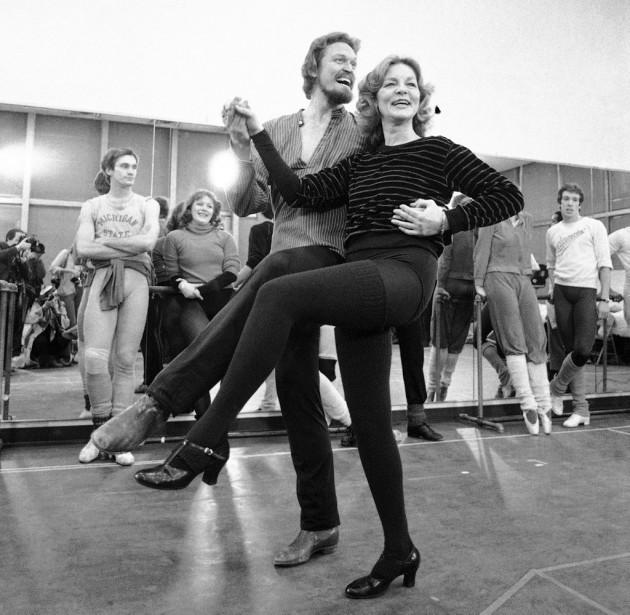 Lors d'une pratique pour la comédie musicale<em>Woman of the Year</em> (1981), prestation qui lui vaudra un Tony Award. (AP)
