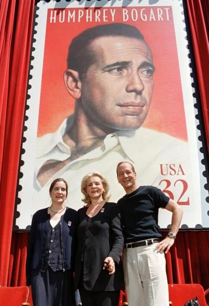 Avec ses enfants Leslie et Stephen devant un timbre-hommage à Humphrey Bogart, à Hollywood, en juillet 1997. (AFP)