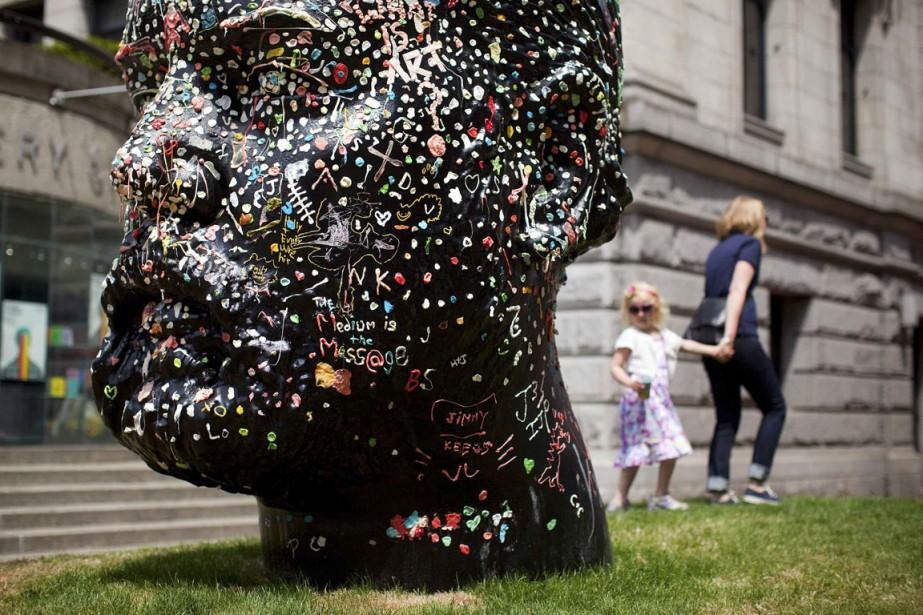 À l'extérieur du musée, une immense sculpture de... (Photo Reuters)