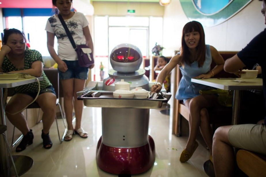 Dans les allées, les robots se déplacent en... (PHOTO JOHANNES EISELE, AFP)
