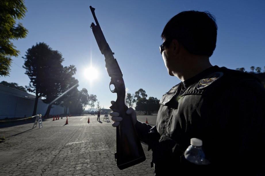 Un agent de la police de Los Angeles... (PHOTO KEVORK DJANSEZIAN, ARCHIVES REUTERS)