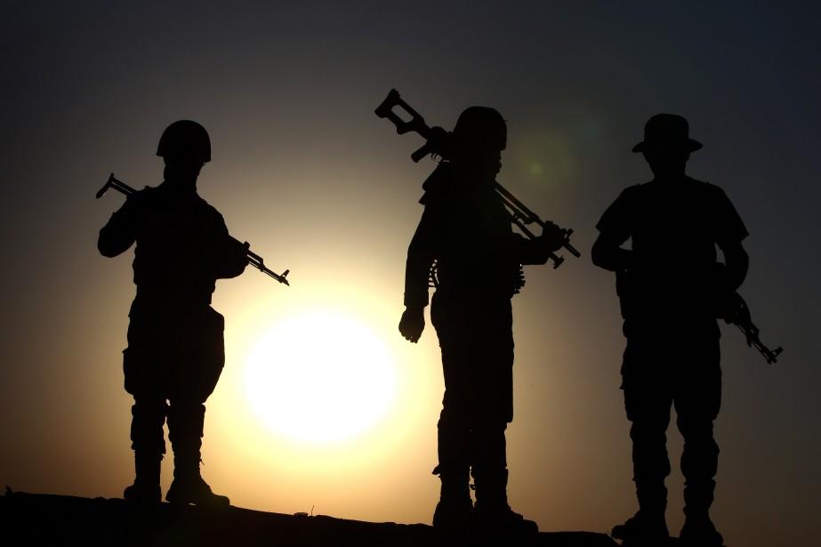 Des combattants kurdes gardent un poste de contrôle... (PHOTO SAFIN HAMED, AFP)
