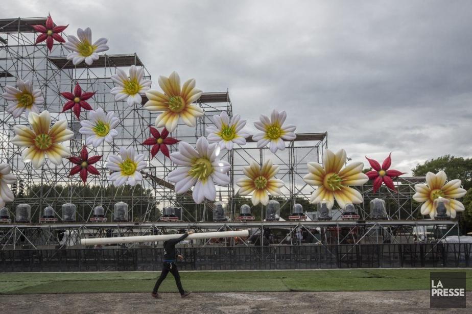 Les fleurs géantes seront au coeur des projections pyrotechniques qui débuteront dès 13h. (Photo: Olivier Pontbriand, La Presse)