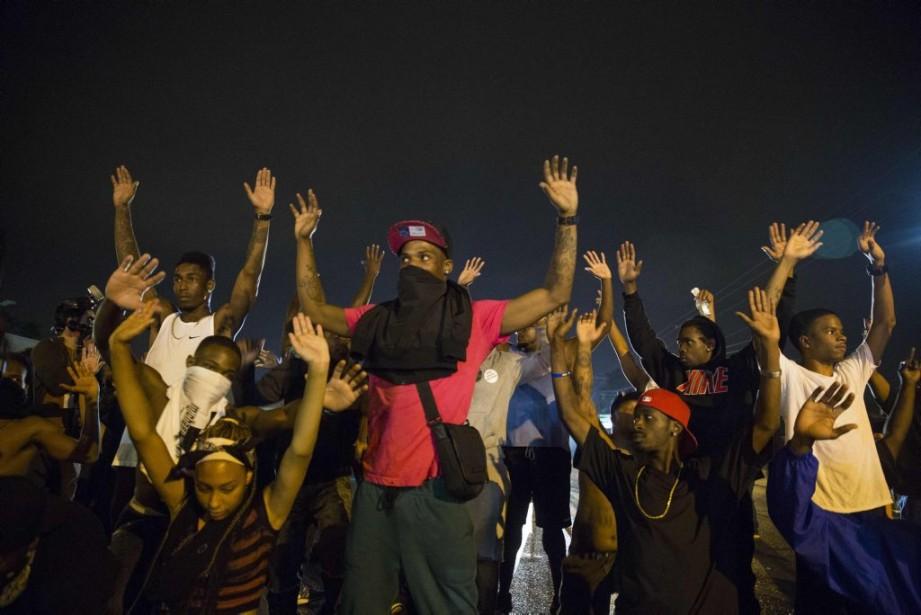 Des manifestants ont affronté les policiers de Ferguson... (PHOTO LUCAS JACKSON, REUTERS)