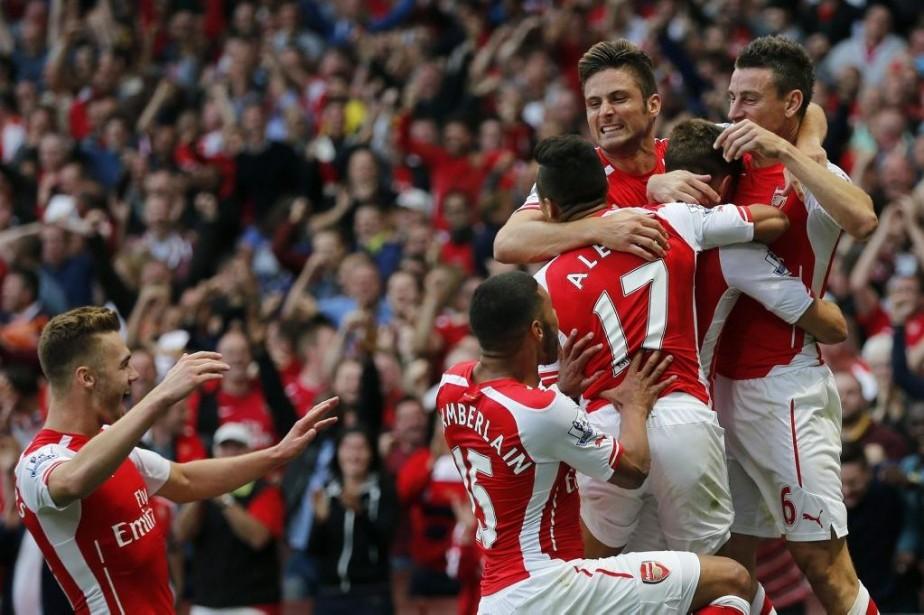 Les joueurs d'Arsenal célèbrent le but gagnant inscrit... (PHOTO STEFAN WERMUTH, REUTERS)