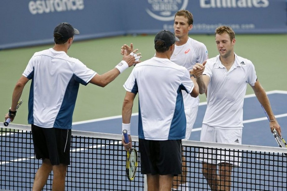 Vasek Pospisil (deuxième à droite) et Jack Sock serrent... (PHOTO MARK ZEROF, USA TODAY)
