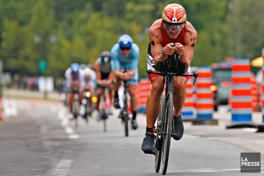 Transporté par un vélo qu'il a lui-même conçu... (Photo Olivier Jean, La Presse)