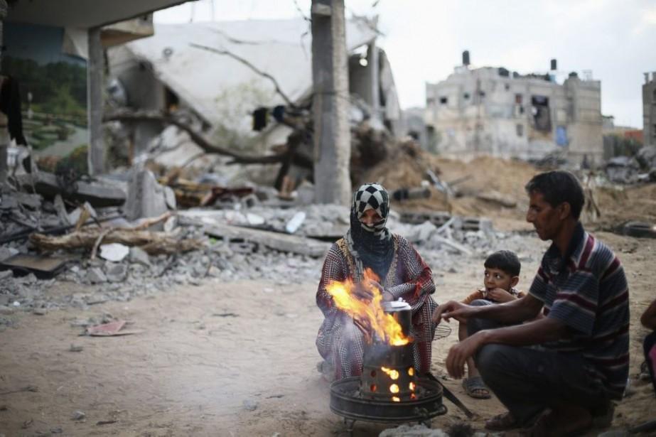 Des Palestiniens préparent du thé à côté de... (PHOTO IBRAHEEM ABU MUSTAFA, REUTERS)