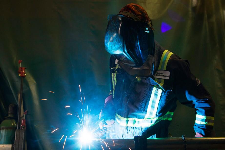 Le secteur de l'énergie continue de... (PHOTO TODD KOROL, ARCHIVES REUTERS)