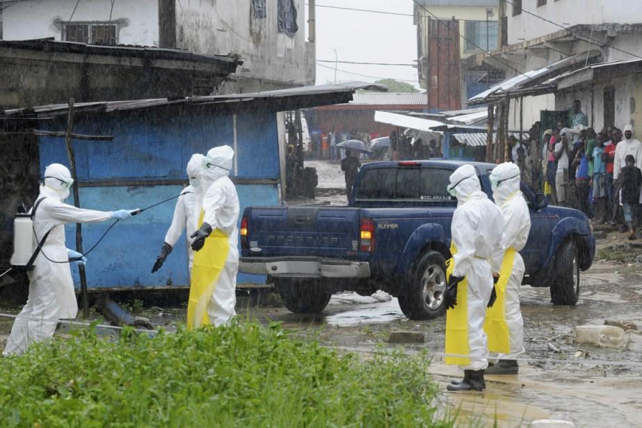 Des travailleurs de la santé portant des combinaisons... (PHOTO ARCHIVES REUTERS)