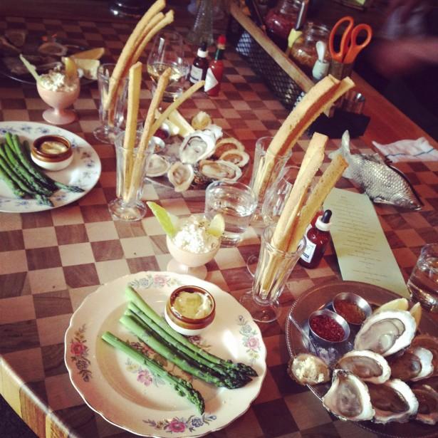 Asperges-mayonnaise, rillettes de maquereau fumé et huître, au Majestique. (Photo fournie par Omnivore)