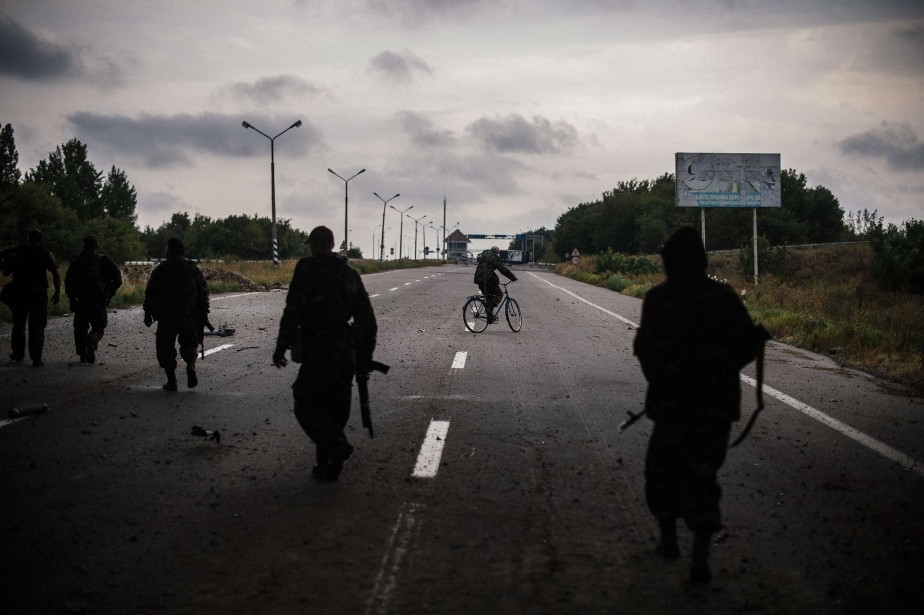 Des militants prorusses patrouillent le long d'une route... (PHOTO DIMITAR DILKOFF, AFP)