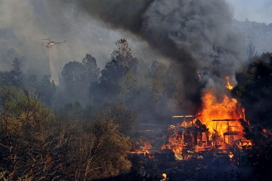 Huit bâtiments au moins ont été détruits et... (Photo Eric Paul Zamora, AP)
