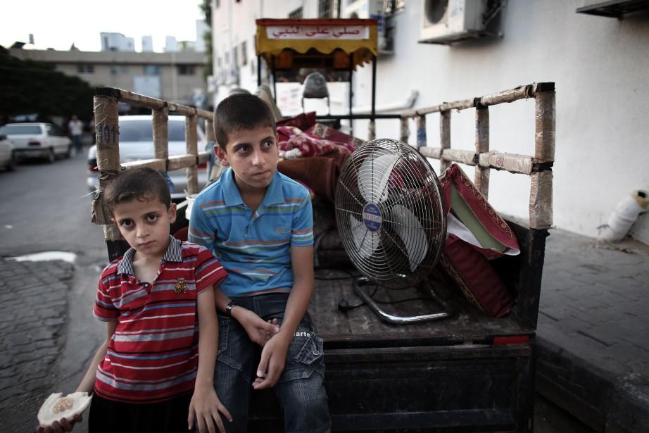 Des Palestiniens fuient les violences dans la bande... (PHOTO THOMAS COEX, AFP)