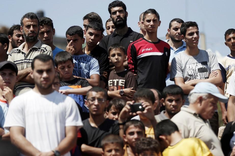Des Palestiniens assistent, à Beit Lahia, aux funérailles... (PHOTO THOMAS COEX, AFP)