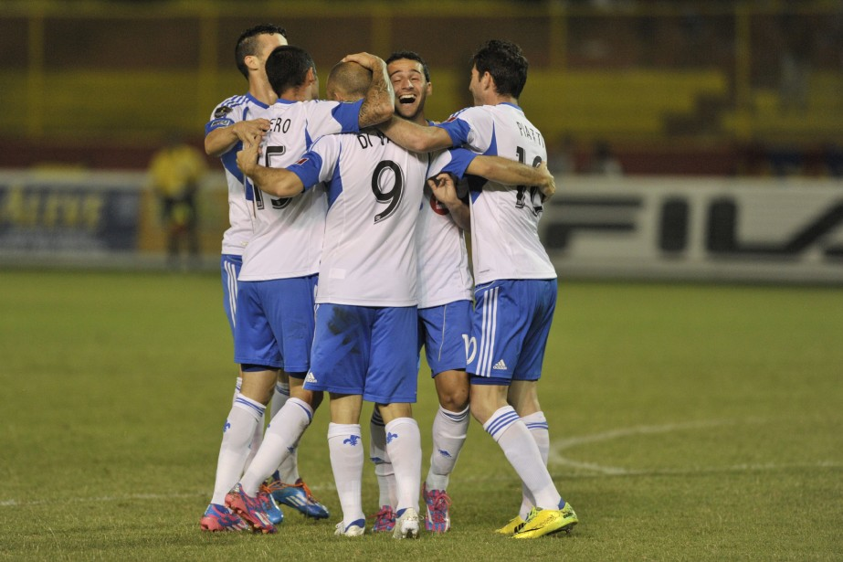 Marco Di Vaio (9) a marqué deux buts... (Photo Jose Cabezas, AFP)