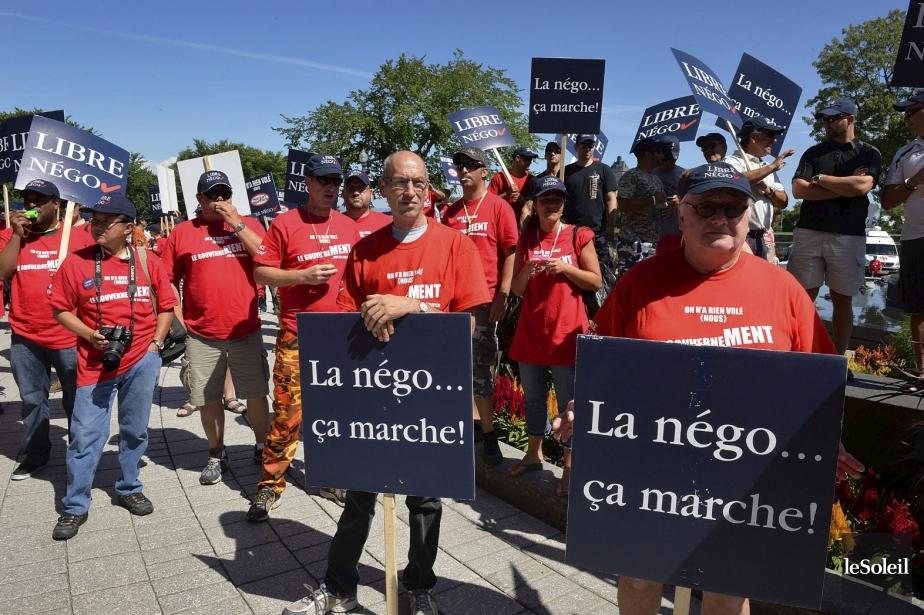 Manifestation de quelque 700 employés municipaux devant le... (PHOTO PATRICE LAROCHE, LE SOLEIL)