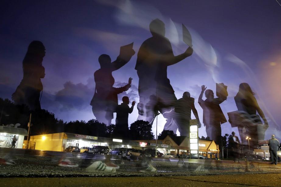 Des manifestants pacifistes marchent dans une rue de... (PHOTO JEFF ROBERSON, ARCHIVES AP)