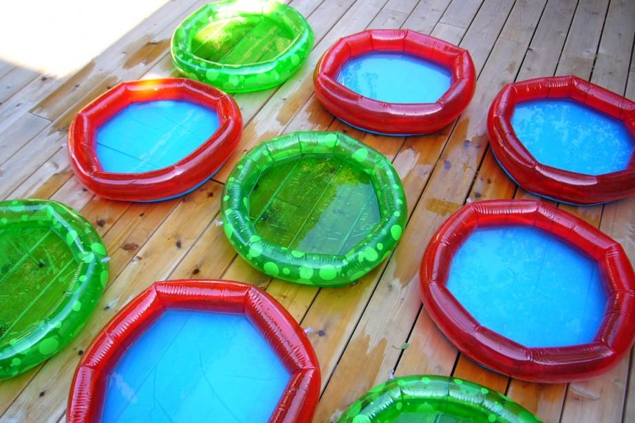 Cette disposition de petites piscinesamuse lesenfantset, en prime, présente un aspect joyeusementgraphique. (PHOTO FOURNIE PAR LES PROPRIÉTAIRES)