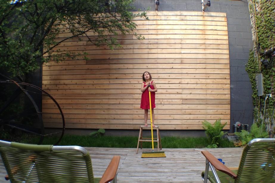 Aménagée pour accueillir un salon extérieur, cette terrasse, aux yeux des enfants, est idéale comme scène de spectacle! En 2012, en pleine prestation, la jeune chanteuse Maelle a été, à son insu, photographiée par son designer de père. (PHOTO FOURNIE PAR LES PROPRIÉTAIRES)