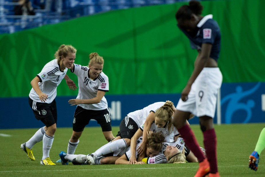 Les Allemandes ont défait les Françaises 2-1 en... (Photo Paul Chiasson, PC)