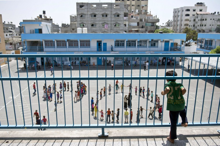 Un jeune garçon palestinien observe ses camarades participer... (PHOTO ROBERTO SCHMIDT, ARCHIVES AFP)