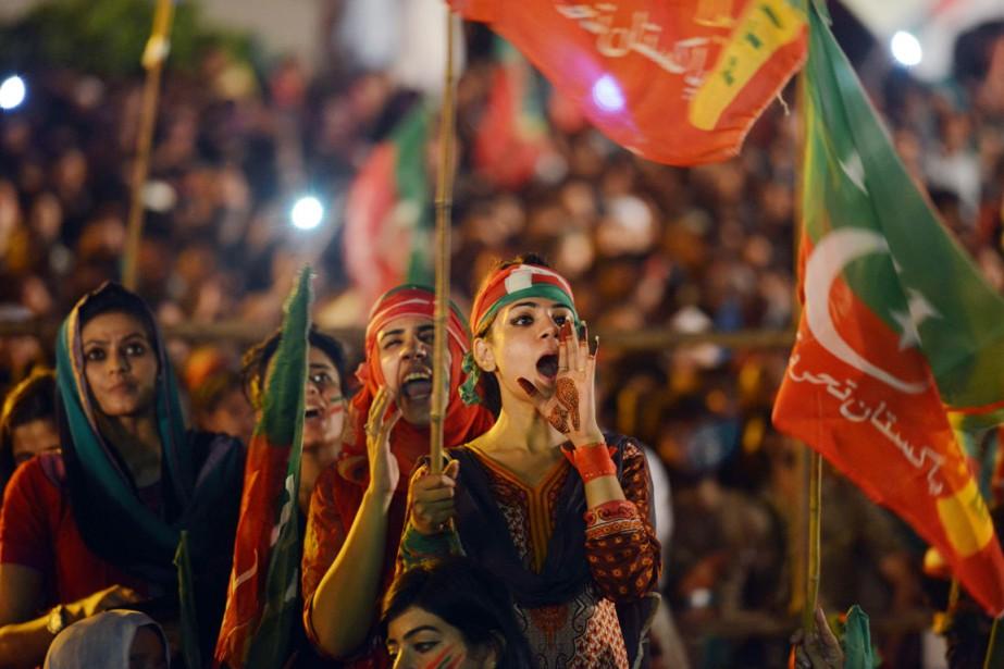 Des partisans d'Imran Khan manifestent devant le Parlement... (PHOTO AAMIR QURESHI, ARCHIVES AFP)