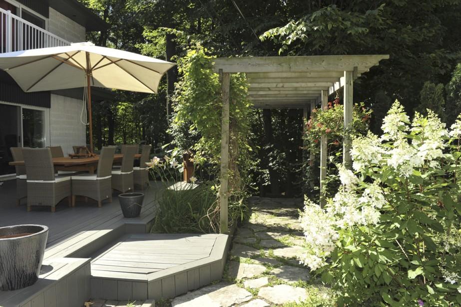 Sur le côté de la maison, une terrasse spacieuse peut loger 10 personnes à table et l'incontournable barbecue. À l'arrière est niché un spa qui surplombe la cour avec sa forêt, qu'il faut souvent élaguer pour permettre au soleil de filtrer: il est surtout fréquenté en hiver.<br /><br /> (PHOTOS FOURNIES PAR ROYAL LEPAGE PRIVILÈGE)
