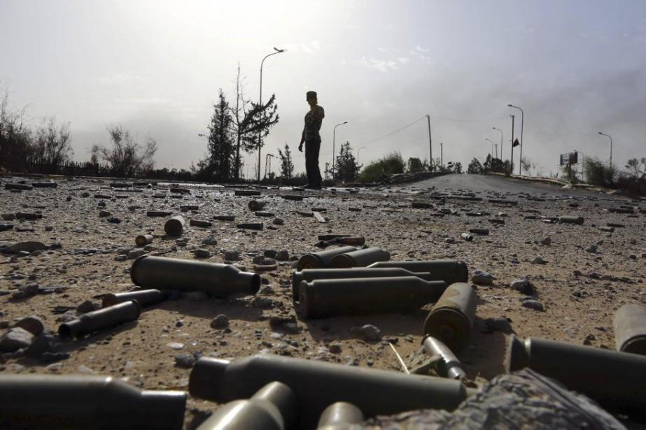 Des douilles d'obus jonchent le sol dans les... (PHOTO MAHMUD TURKIA, AFP)