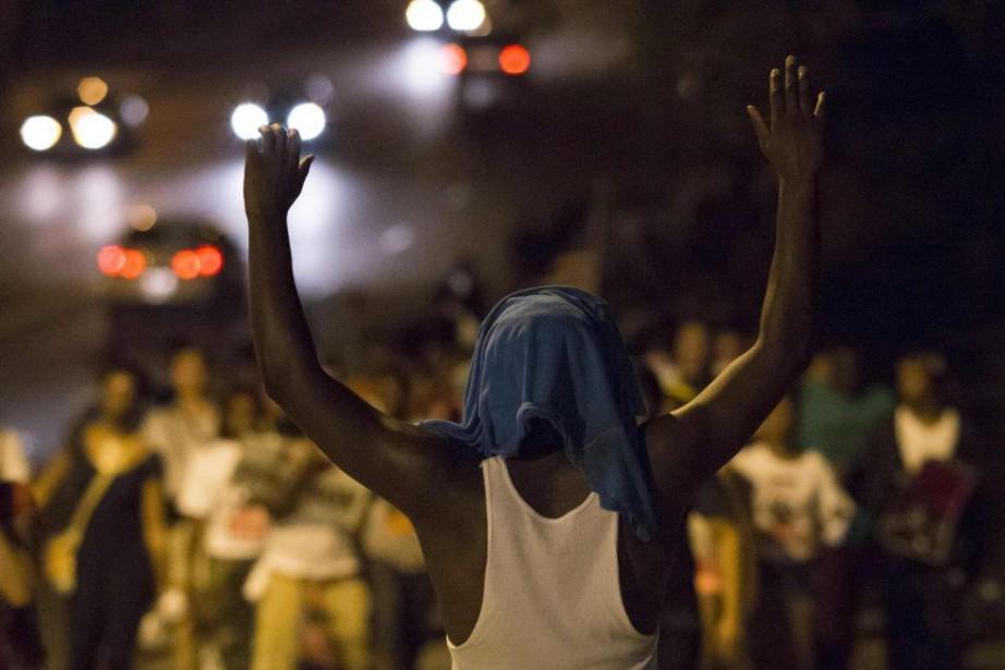 Des manifestants marchent en direction du poste de... (PHOTO ADREES LATIF, REUTERS)