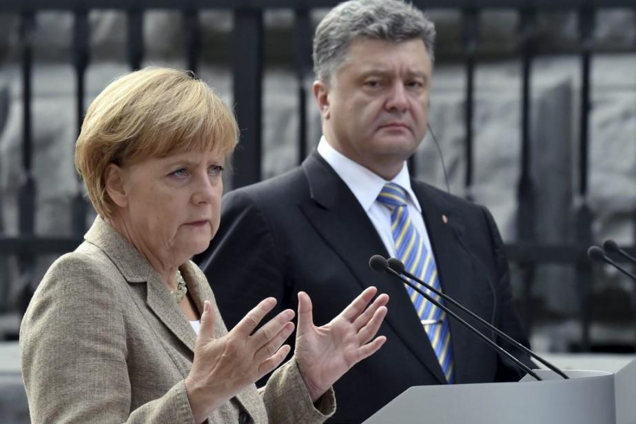 La chancelière allemandeAngela Merkel etle président ukrainien Petro... (PHOTO SERGEI SUPINSKY, AFP)
