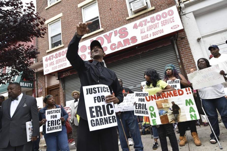 Les protestataires ont manifesté à la mémoire d'Eric... (PHOTO STAN HONDA, AFP)