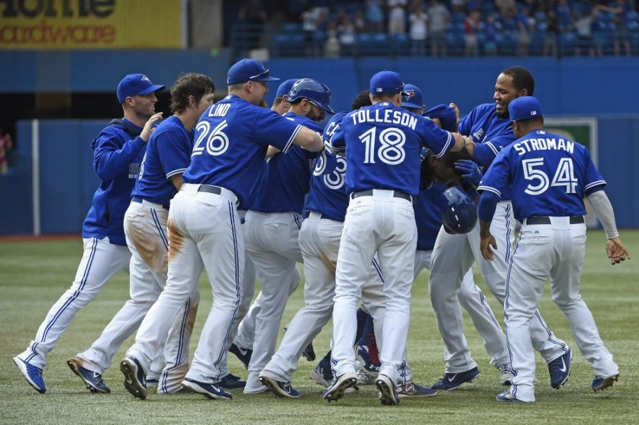 Les joueurs des Jays félicitent Jose Reyes, qui... (PHOTO PETER LLEWELLYN, USA TODAY)