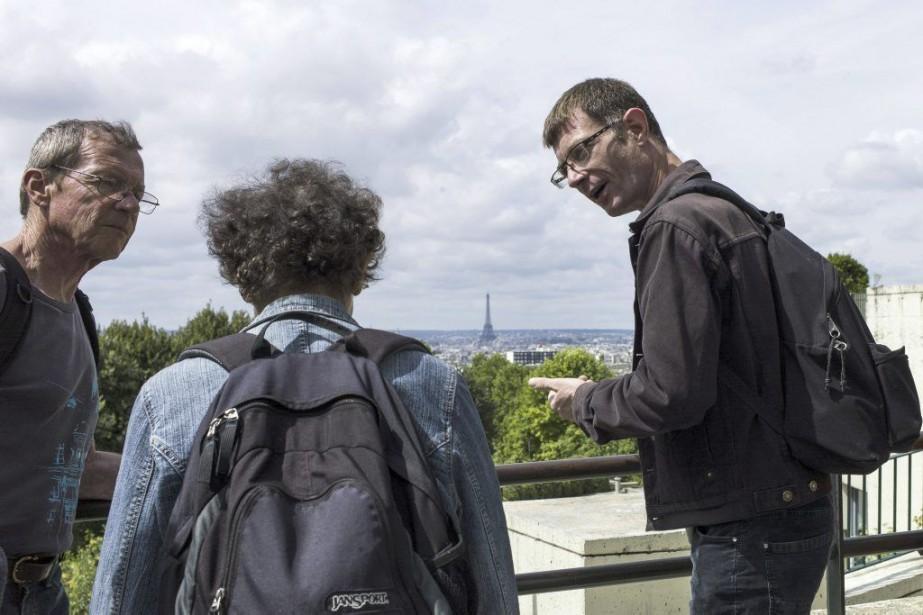 Vincent (à droite), un ancien comptable devenu guide,... (PHOTO FRED DUFOUR, AFP)