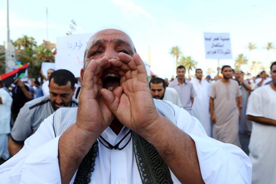 Des pro-silamistes manifestent contre le Parlement nationalistequi siège... (PHOTO MAHMUD TURKIA, ARCHIVES AFP)