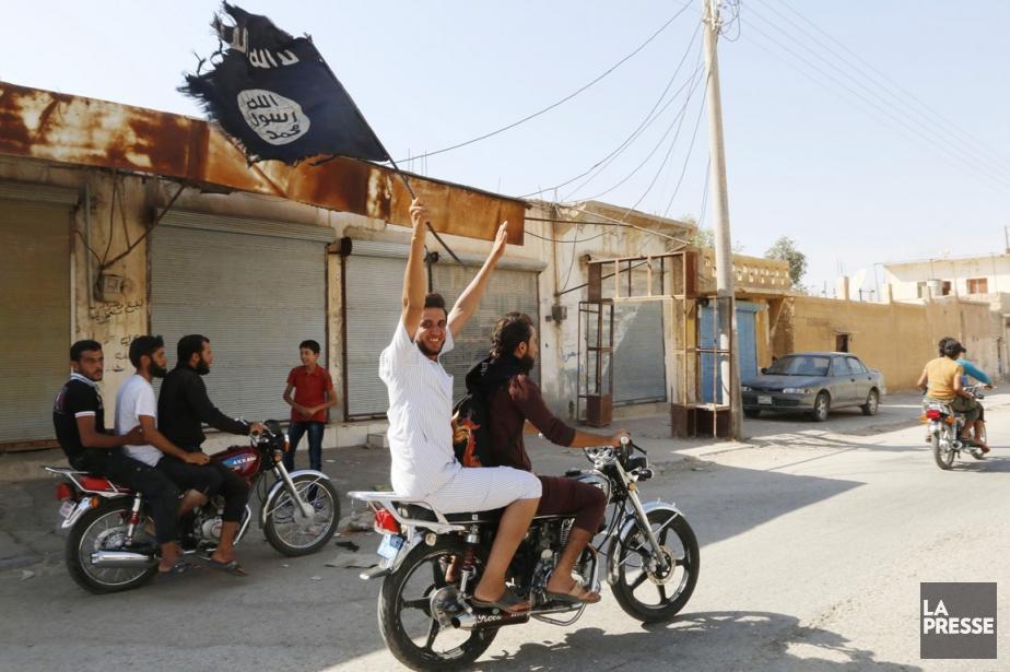 Des résidants de Tabqa célèbrent dans les rues... (PHOTO ARCHIVES REUTERS/STRINGER)