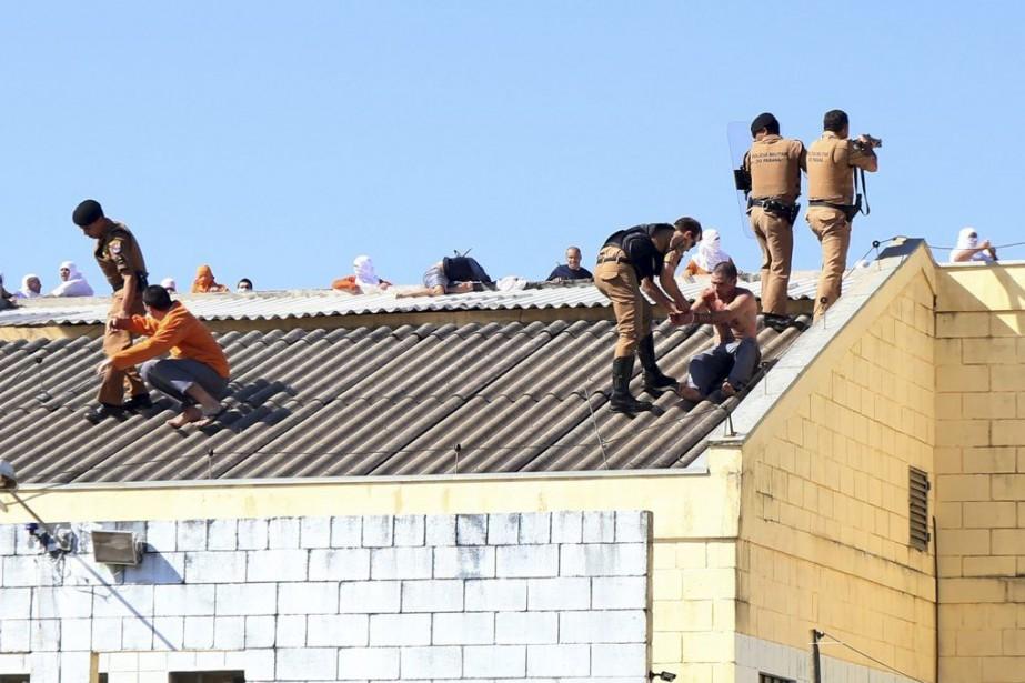 Les forces de sécurité tentent de maîtriserdes mutins... (MARCELINO DUARTE)