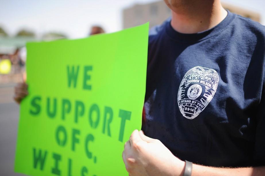Un manifestant brandit une pancarte sur laquelle on... (PHOTO MICHAEL B. THOMAS, ARCHIVES AFP)