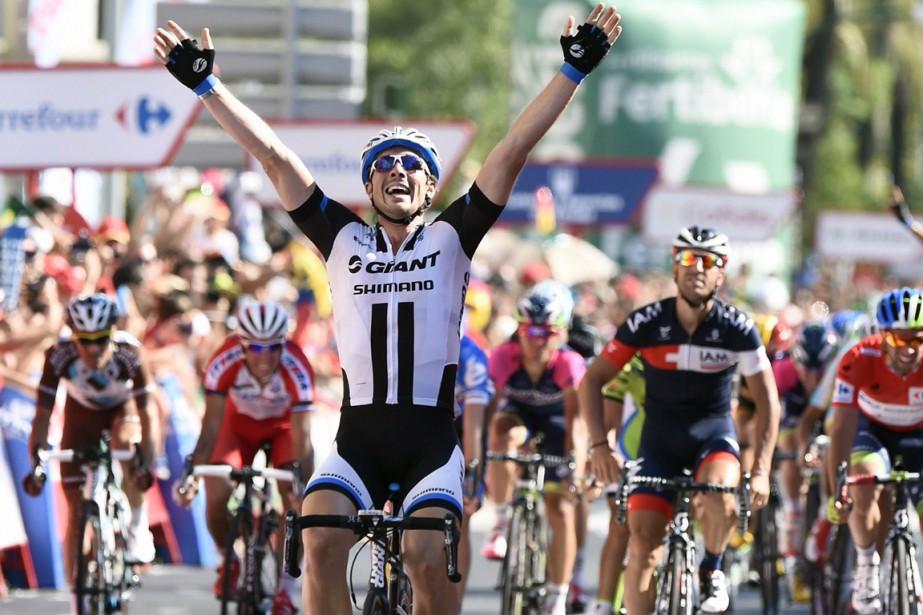 L'Allemand John Degenkolb célèbre en franchissant la ligne... (Photo Jose Jordan, AFP)