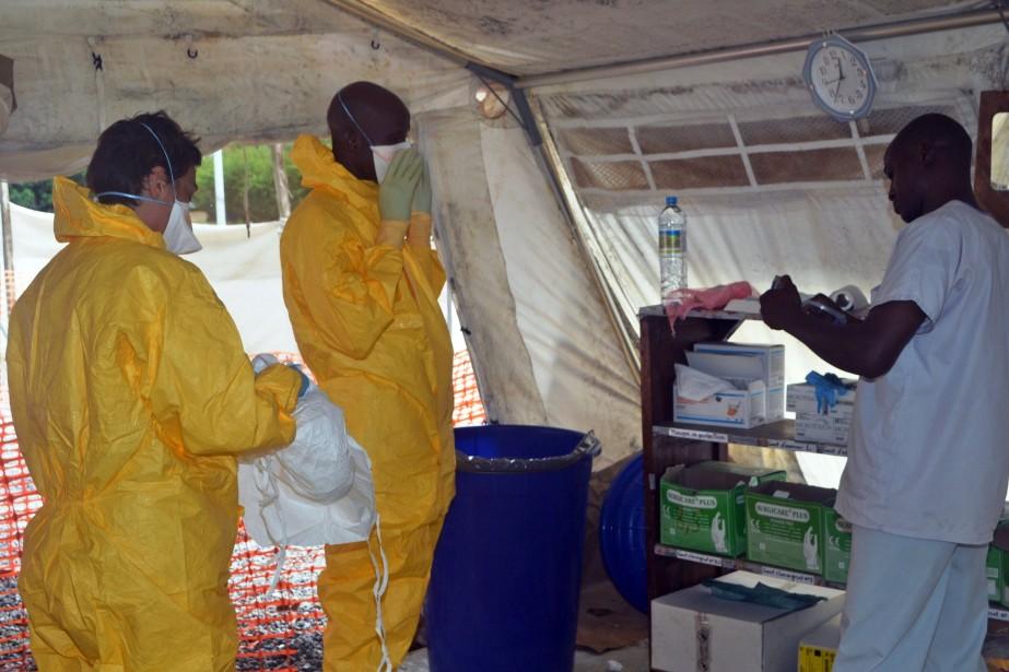 Des médecins de Médecins sans frontière portent des... (Photo archives AFP)