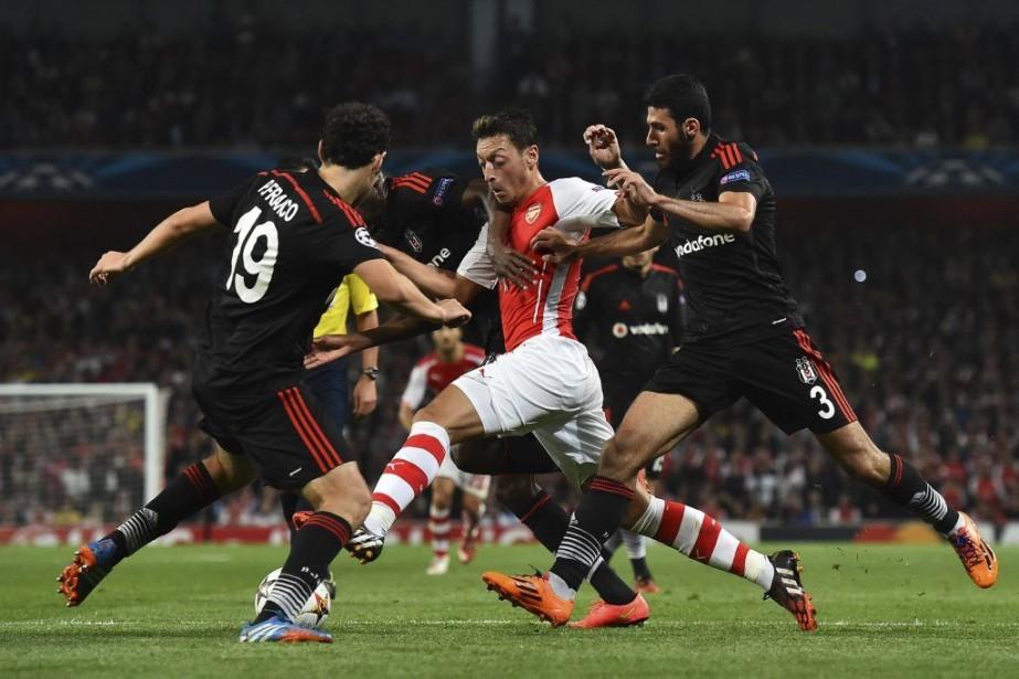 Mesut Ozil, bien escorté.... (Photo AFP)