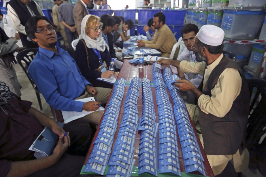 La commission électorale indépendante (IEC) avait entamé lundi... (PHOTO RAHMAT GUL, ARCHIVES AP)