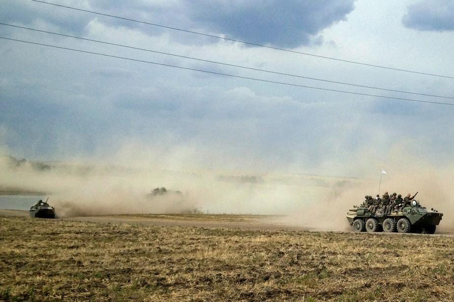 Des véhicules blindés traversent la steppe, près du... (Photo Maria Tsvetkova, Reuters)