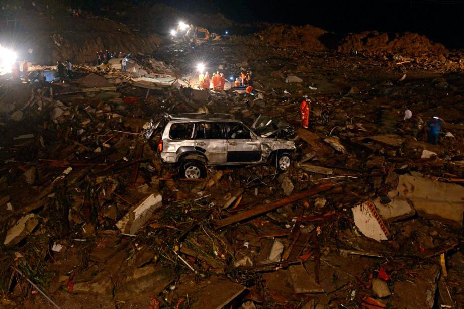 Des sauveteurs cherchent des survivants dans les décombres.... (PHOTO AGENCE FRANCE-PRESSE)