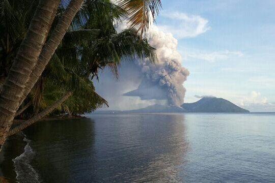 Le Mont Tavurvur, dont une violente éruption en... (Photo tirée de Twitter/@hhnamani)