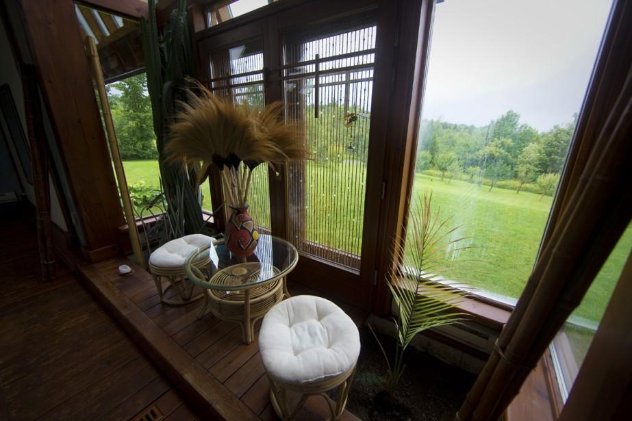 Montagnes et forêt, voilà le décor dans lequel a été plantée la maison. (Photo André Pichette, La Presse)