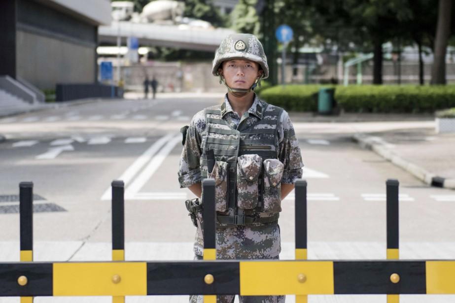 Un soldat monte la garde devant l'entrée des... (PHOTO ALEX OGLE, ARCHIVES AFP)