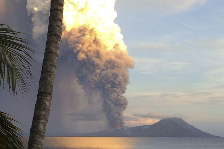 Le volcan a projeté des cendres jusqu'à 18... (Photo Jason Tassell, AP)